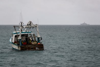 Pesca, tensioni Francia-Uk. Pescherecci e navi militari via da Jersey