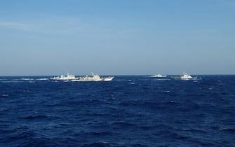 Navi della Guardia Costiera cinese scortano un'imbarcazione vietnamita nel Mare cinese meridionale dove e' tornata a salire la tensione dopo la decisione di Pechino di inviare una piattaforma per la ricerca petrolifera in una zona contesa. 16 giugno 2014. ANSA/ TTXVN