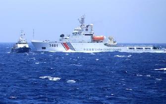 Una nave della Guardia Costiera cinese incrocia un'imbarcazione vietnamita nel Mare cinese meridionale dove e' tornata a salire la tensione dopo la decisione di Pechino di inviare una piattaforma per la ricerca petrolifera in una zona contesa. 16 giugno 2014. ANSA/ TTXVN/TTXVN phát