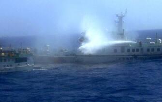 Un'imbarcazione vietnamita viene attaccata a colpi di idrante da un'unita' della Guardia costiera cinese nel Mare cinese meridionale dove e' tornata a salire la tensione dopo la decisione di Pechino di inviare una piattaforma per la ricerca petrolifera in una zona contesa. 16 giugno 2014. ANSA/ TTX