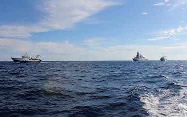 I due pescherecci Antartide e Medinea con a bordo i 18 pescatori di Mazara del Vallo liberati ieri si dirigono verso le coste italiane scortati dalla fregata Margottini della Marina Militare - impegnata nell'Operazione Nazionale Mare Sicuro- che li ha intercettati all'uscita delle acque territoriali libiche, 18 dicembre 2020. La nave garantirà il transito in mare in sicurezza fino a Mazara del Vallo. ANSA/ MINISTERO DELLA DIFESA +++ ANSA PROVIDES ACCESS TO THIS HANDOUT PHOTO TO BE USED SOLELY TO ILLUSTRATE NEWS REPORTING OR COMMENTARY ON THE FACTS OR EVENTS DEPICTED IN THIS IMAGE; NO ARCHIVING; NO LICENSING +++