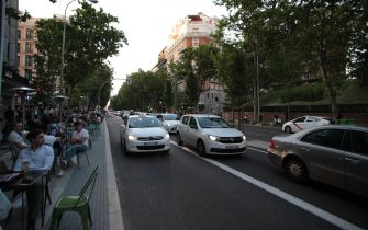 Madrid, Spain, The state of alarm is withdrawn at the first minute of 05-09-2021 in Spain, and with it measures that have been applied for six months, each Autonomous Community adapts its measures to its situation, in Madrid the curfew from 00:00 to 6:00 a.m. Madrid will regain a certain normality, although it will continue to maintain restrictive measures to prevent the spread of infections, given that the pandemic continues, the use of masks is still mandatory, both inside public spaces. From Sunday, the hotel and restaurant establishments will be able to close at midnight. The last client will be accepted at 11pm. The capacity remains the same as now: a maximum of 4 people per table inside and 6 outside. And consumption at the bar continues to be prohibited. Capacity limitations are maintained in cinemas, theaters, auditoriums, museums and monuments, up to 75 percent. But its closing time is prolonged, until 00.00 hours. It is still mandatory to keep a free seat between people or groups who buy their tickets together. In the case of shops, their capacity continues as before: limited to 75 percent. As for the opening hours, they are allowed to remain in operation for one more hour: from 6 am to 11 pm. Foto: Juan Carlos Rojas | usage worldwide