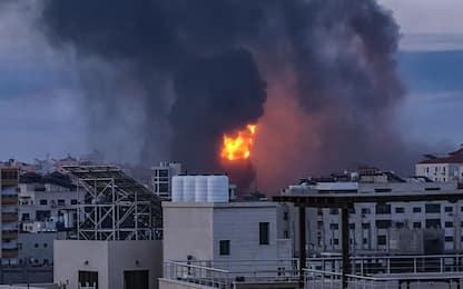 Israele-Hamas: razzi verso aeroporto Tel Aviv, raid su Striscia Gaza
