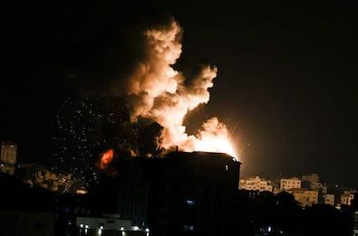Esercito israeliano entra a Gaza: in corso attacco aereo e terrestre