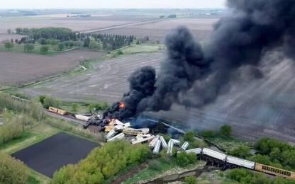 Iowa, incendio su un treno merci deragliato ripreso da un drone. VIDEO