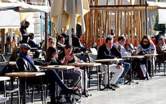 Un bar di Montpellier fa servizio al tavolo dopo le riaperture in Francia