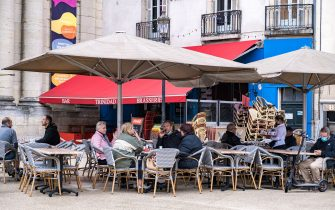 People taking their first coffee at a bar in Dijon as they are reopening. Restaurants and terrace bars reopen on May 19, 2021 at 50 percent capacity for groups of up to six people, while curfew is extended from 7 p.m. to 9 p.m., as part of the softening of the national lockdown due to the Covid-19 pandemic. France, Dijon, May 19, 2021//KONRADK_konrad-009/2105191123/Credit:KONRAD K./SIPA/2105191128