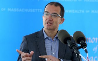 Stephane Bancel, ceo di Moderna, parla durante una conferenza stampa