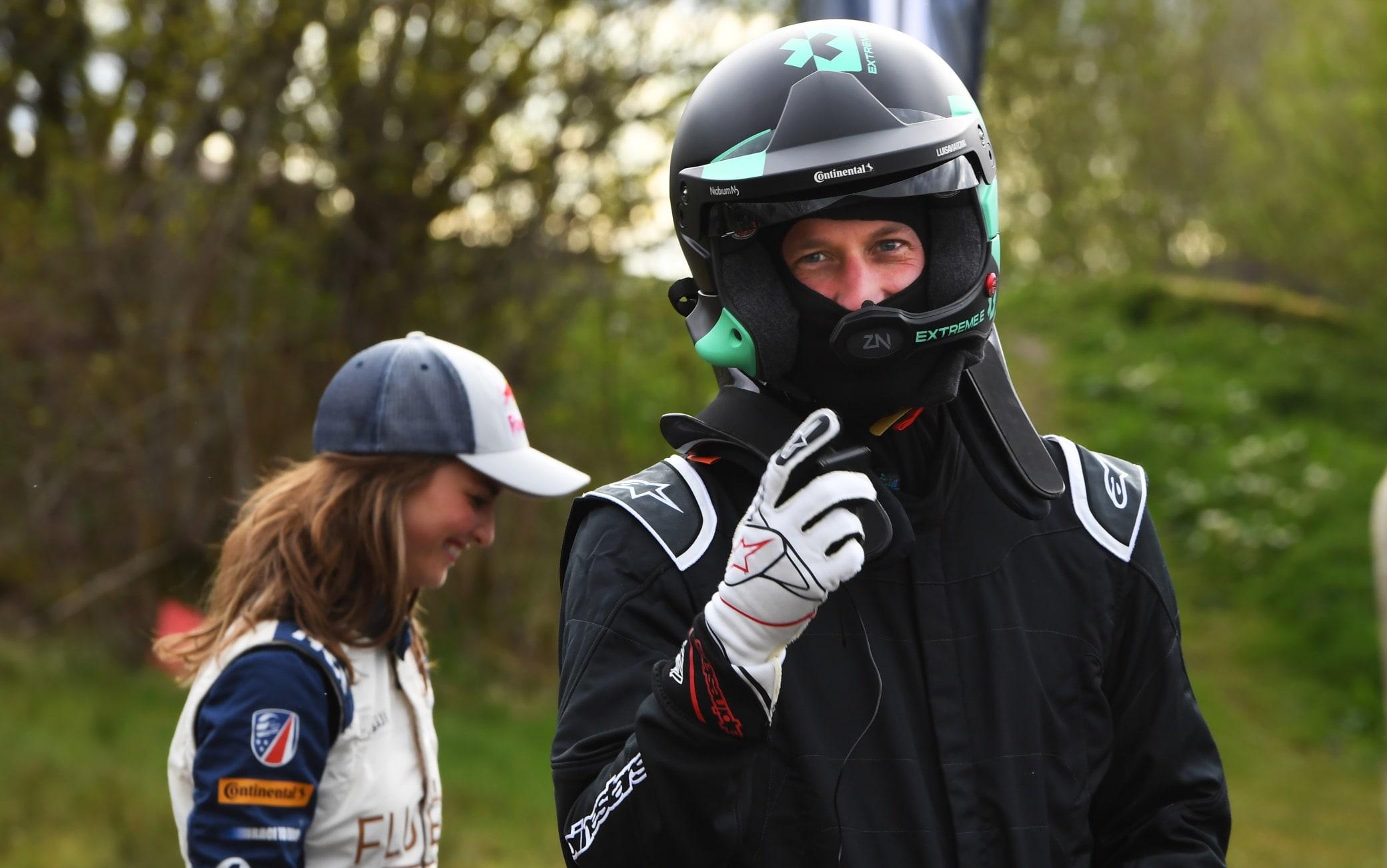Il principe William sul circuito di Knockhill, in Scozia, con casco e tuta da pilota