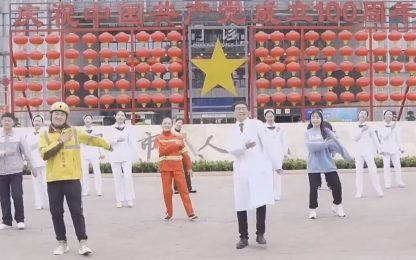 Covid Cina, medici ballano per promuovere il vaccino. VIDEO