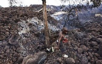 Un bambino sui cumuli di lava dopo l'eruzione del vulcano Nyiragongo, in Congo