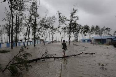 epa09228391 High tide at a coastal area as Cyclone Yaas makes landfall in Digha, near the Bay of Bengal, south of Kolkata, India, 26 May 2021. The Odisha and Bengal governments started the evacuation of at-risk areas, as Cyclone Yaas hits the eastern coast of India.  EPA/PIYAL ADHIKARY