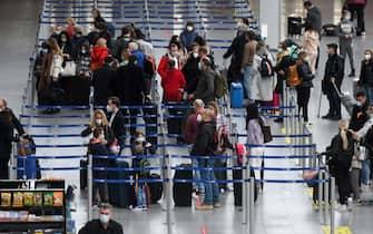Paseggeri in fila in un aeroporto prima dell'imbarco