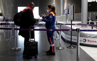 Un controllo dei documenti in un aeroporto in Francia
