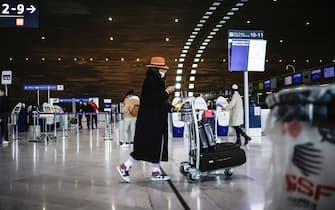 Una viaggiatrice nel terminal dell'aeroporto Charles De Gaulle, a Parigi, in Francia