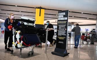I viaggiatori arrivano all'aeroporto di Heathrow a Londra, in Gran Bretagna, il 3 maggio 2021