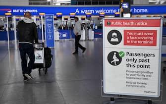 Viaggiatori in un terminal di un aeroporto londinese