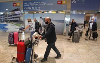 Alcune persone in aeroporto in Spagna
