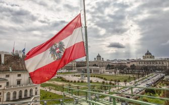 La bandiera dell'Austria sventola sul tetto dell'ufficio del cancelliere austriaco a Vienna