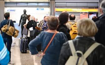 Viaggiatori in fila all'aeroporto di Lubiana, in Slovenia