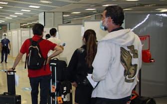 Persone in attesa di controlli all'aeroporto