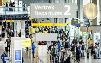 Viaggiatori all'aeroporto di Amsterdam