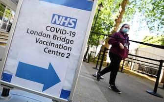 Una donna in un hub vaccinale anti-Covid a Londra