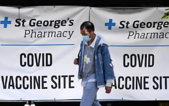 Un uomo in un centro vaccinale a Londra
