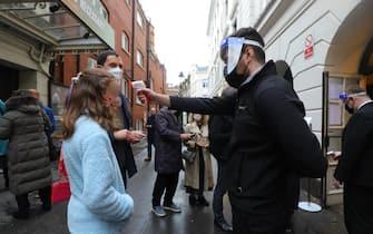 Rilevamento della temperatura corporea su alcuni spettatori all'ingresso di un teatro a Londra