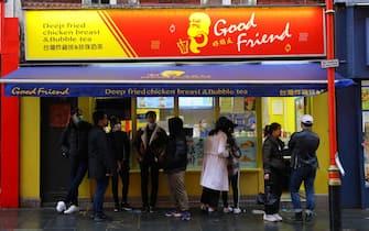 Giovani davanti a un fast food a Londra