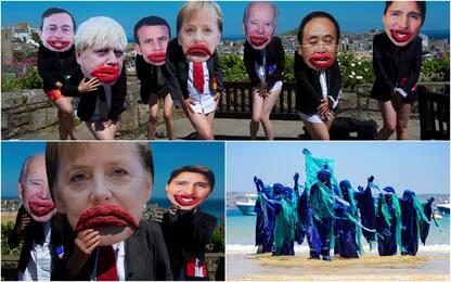 G7, leader seminudi e con bocca gigante: protesta attivisti ambiente