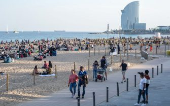 People seen on Barceloneta beach promenade. The Barceloneta Beach in Barcelona is full in the 2021 beach season. In a state of alarm due to the corona virus pandemic, in Catalonia, the use of facemasks and safety distance is mandatory in all public spaces to contain the spread of COVID- 19 pandemic. (Photo by Thiago Prudencio / SOPA Images/Sipa USA)