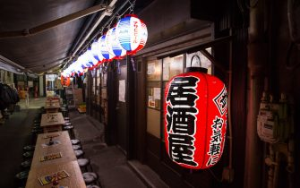 January 8, 2021, Tokyo, Japan: Empty chairs are seen at Izakaya (Japanese pub) in Ueno. 2392 new Coronavirus cases were reported on the first day of the state of emergency in Tokyo. (Credit Image: © Stanislav Kogiku/SOPA Images via ZUMA Wire)