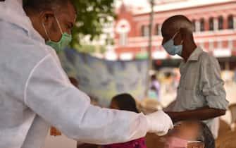 Un infermiere effettua un tampone per il coronavirus
