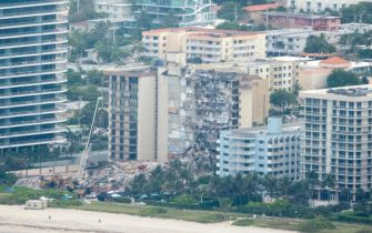 epa09304573 An aerial view of the partial collapsed 12-story condominium building in Surfside, Florida, USA, 26 June 2021. Miami-Dade Fire Rescue officials said more than 80 units responded to the collapse at the condominium building near 88th Street and Collins Avenue just north of Miami Beach on last 24 June around at 2 a.m.  EPA/CRISTOBAL HERRERA-ULASHKEVICH