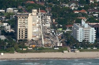epaselect epa09305196 An aerial view of the partial collapsed 12-story condominium building in Surfside, Florida, USA, 27 June 2021. The 12-story beachfront condominium building in the Miami suburb of Surfside, partially collapsed early 24 June 2021.  EPA/CRISTOBAL HERRERA-ULASHKEVICH