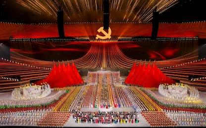 Cina, lo show coreografico sui 100 anni del Partito comunista. FOTO
