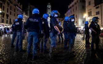 Polizia in assetto antisommossa intervenuta in piazza Campo dei Fiori per gli assembramenti della movida, Roma, 11 giugno 2021. ANSA/ANGELO CARCONI