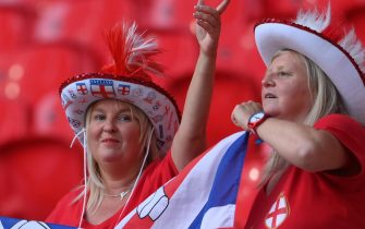 epa09293953 Supporters of England cheer during the UEFA EURO 2020 group D preliminary round soccer match between the Czech Republic and England in London, Britain, 22 June 2021.  EPA/Laurence Griffiths / POOL (RESTRICTIONS: For editorial news reporting purposes only. Images must appear as still images and must not emulate match action video footage. Photographs published in online publications shall have an interval of at least 20 seconds between the posting.)