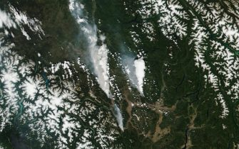 epa09316835 A handout satellite image made available by the National Aeronautics and Space Administration (NASA) shows the McKay Creek fire (L), the Sparks Lake fire (R) and smaller fire (C, bottom), visible just south of the town of Lytton, British Columbia (BC), Canada, 30 June 2021 (issued 02 July 2021). More than 40 wildfires were burning across the Canadian province by the end of June 2021, according to data released by the BC Wildfire Service. A heatwave has hit Canada and north-west USA sending temperatures to dangerous highs.  EPA/NASA HANDOUT  HANDOUT EDITORIAL USE ONLY/NO SALES