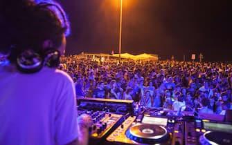 Una immagine della Molo Street parade che ha trasformato il porto di Rimini in una discoteca a cielo aperto, 30 giugno 2012.  ANSA / US COMUNE DI RIMINI - GIORGIO SALVATORI ++NO SALES EDITORIAL USE ONLY++