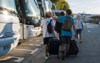 Turisti si apprestano a salire su un pullman a Maiorca, in Spagna
