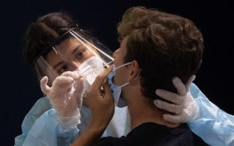 infermiera effettua un tampone