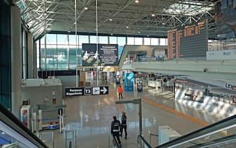 """Coronavirus: terminal vuoti dopo l'ulteriore riduzione operativa dell'aeroporto """"Leonardo Da Vinci"""" di Fiumicino prediposta dalla società di gestione, Aeroporti di Roma, dopo il drastico calo del 95 per cento del traffico aereo rispetto allo stesso periodo dello scorso anno."""