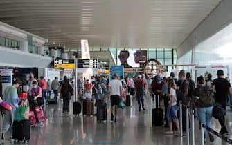 Il Terminal 3 dell'aeroporto Leonardo da Vinci affollato di vacanzieri, Fiumicino (Roma), 10 luglio 2021. Tra le mete preferite dei turisti Spagna e Grecia. ANSA/TELENEWS