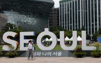 epa09330716 People wearing face masks walk outside the city hall of Seoul, South Korea, 08 July 2021. The Korea Disease Control and Prevention Agency (KDCA) said on 08 July that the number of coronavirus infection cases rose 1,275, including 1,227 local infections, raising the total caseload to 164,028.  EPA/JEON HEON-KYUN
