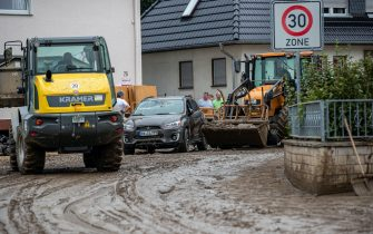 epa09349669 Farmers help remove destroyed cars with heavy equipment after flooding in Bad Neuenahr, Germany, 16 July 2021. Large parts of Western Germany were hit by heavy, continuous rain in the night to Wednesday, resulting in local flash floods that destroyed buildings and swept away cars.  EPA/CONSTANTIN ZINN