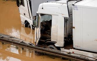 Nach der Hochwasser-Katastrophe im Erftkreis gehen die Aufraeumarbeiten weiter. Bei den Bergungsarbeiten der zerstoerten Autos in Erftstadt-Liblar kommen auch Sonar, Bundeswehrpanzer und Taucher zum Einsatz: Sie ueberpruefen die massiv beschaedigten Fahrzeuge auf der B256 Luxemburger Strasse. Die Fahrer der Autos und LKWs waren von den Wassermassen ueberrascht worden, konnten sich nach bisherigen Erkenntnissen offenbar noch eilig in Sicherheit bringen. Erftstadt, 17.07.2021