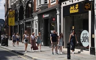Persone in strada durante il freedom day in Inghilterra