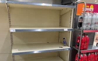 Scaffali vuoti in un supermercato nel Regno Unito